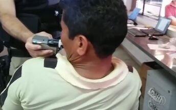 Motorista bêbado é preso após carreta quebrar na BR-060, em Rio Verde, Goiás - Ele foi submetido ao teste do bafômetro no posto da Polícia Rodoviária Federal, que comprovou a embriaguez.