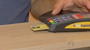Crise econômica do país causa aumento no uso de cartão de crédito, diz economista - Aumento foi de 8,5% em 2015 em relação ao ano de 2014.