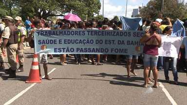 Terceirizados fazem protesto no Centro Administrativo da Bahia, em Salvador - Categoria reclama de atrasos salariais de dois meses e suspensões nos planos de saúde.