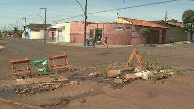 """Quadro """"Até Quando"""" volta a cruzamento onde milho nasceu em buraco em Ribeirão - Prefeitura prometeu urgência, mas a situação no local continua a mesma."""