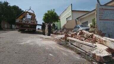 Caminhão sem controle atinge duas casas e um barracão em Limeira - A suspeita é que o motorista tenha perdido o freio, e com isso, o controle do veículo.