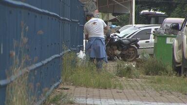 Após flagrante de lixo espalhado e água parada, Semusa limpa pátio em Porto Velho - Denúncia foi feita por um morador.