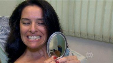 Veja como funciona o clareamento dos dentes; procedimento dura cerca de uma hora - Alessandra Aloia estava incomodada com as cores desiguais dos dentes e resolveu fazer um clareamento. Tudo é feito com acompanhamento.