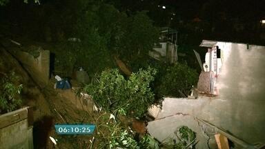 Criança morre após desabamento de casas em Mairiporã, SP - Duas casas desabaram na noite desta quinta-feira (10) em Mairiporã, na região metropolitana de São Paulo. Uma criança morreu e cinco pessoas ficaram feridas.