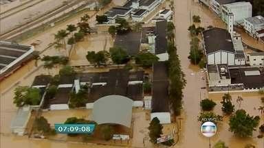 Chuva provoca alagamento e deixa pessoas ilhadas na Grande São Paulo - O excesso de chuva causou alagamento em Franco da Rocha. A água dificulta a circulação das pessoas pelas ruas da cidade na Grande São Paulo.