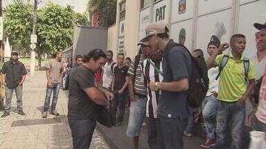 Trabalhadores se irritam sem atendimento no PAT de Cubatão - Teve gente que madrugou na porta do local e não foi atendido