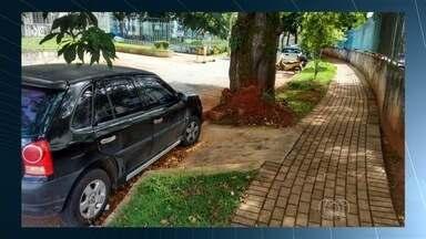 Motorista estaciona carro bloqueando acesso de cadeirante em calçada de Goiânia - Infração que prejudica a acessibilidade na capital é situação comum no ambiente urbano.