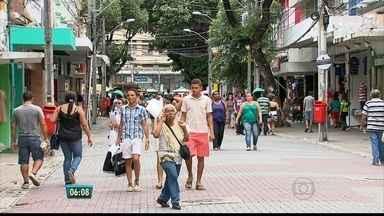 Em crise, comércio no centro do Recife tem baixa nas vendas - Muita gente entra nas lojas, olha os produtos, mas sai sem comprar nada. Movimentação nas ruas tem diminuído.