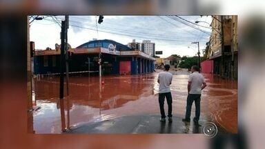 Em estado de emergência, Itatiba volta a ser castigada pela chuva - A chuva vem castigando Itatiba sem dar trégua. O primeiro temporal, que caiu no dia 7 de março ainda tem reflexos na cidade. Entretanto, novamente o volume de água que caiu nesta segunda-feira (14) fez mais estragos: uma ponte cedeu e uma das principais avenidas de Itatiba (SP) está alagada.