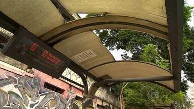 Abrigos de ônibus estão malconservados em Belo Horizonte - Passageiros reclamam que ficam sem proteção do sol e da chuva.