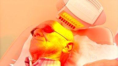 Terapia fotodinâmica é usada no tratamento do câncer de pele - Seu Aníbal, tem 85 anos, e já tomou muito sol. Todo o tempo exposto deixou um câncer de pele, que ele está tratando com a terapia fotodinâmica, ou seja, com luz. Veja como funciona.