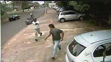 Homem é morto a tiros na porta do trabalho em Ribeirão Preto, SP - Câmeras de segurança filmaram o momento em que o suspeito atirou na vítima a queima roupa.
