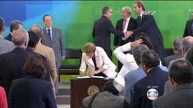 Dilma dá posse aos ministros Lula, Eugênio Aragão, Mauro Lopes e Jaques Wagner - Em cerimônia no Palácio do Planalto, a presidente assinou os termos de posse dos novos ministros.