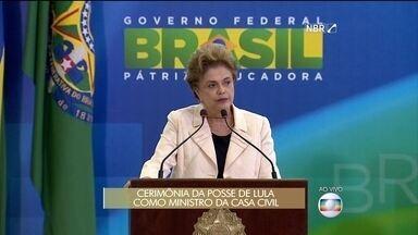 Dilma saúda os novos ministros - Em cerimônia no Palácio do Planalto, a presidente cumprimenta Lula, Eugênio Aragão, Mauro Lopes e Jaques Wagner.