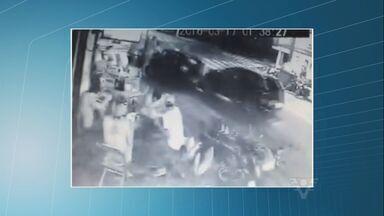 Motorista desgovernado fere três pessoas após colisão - Pessoas conversavam nas mesas de um bar quando carro veio em alta velocidade.