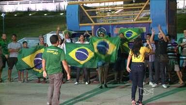 Manifestantes protestam a favor do impeachment em São Luís, MA - Nem a chuva impediu que manifestantes fossem às ruas de São Luís (MA) protestar contra a corrupção. Na avenida Litorânea, na orla da capital maranhense; e na praça Maria Aragão, no Centro, várias pessoas se manifestaram a favor do impeachment.
