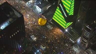Manifestações em 25 estados e no DF registram atos contra e a favor do governo - Houve manifestações em mais de cem cidades pelo Brasil. Em Brasília, os manifestantes se concentraram em frente ao Congresso Nacional. O protesto na Avenida Paulista, em São Paulo, virou ocupação e já dura 37 horas.