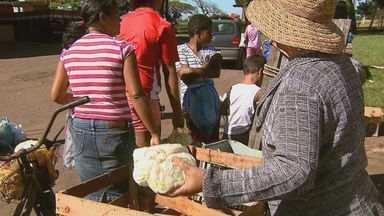 Ceagesp distribui sobra de alimentos para famílias carentes em Araraquara - Beneficiados chegam a economizar cerca de R$ 150 por mês nas compras.Procura pelo banco de alimento chegou a 30% nos últimos dois meses.