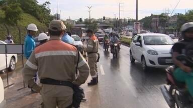 Em Manaus, vazamento causa congestionamento em avenida na Zona Leste - Tubulação se rompeu na manhã desta sexta-feira (18).