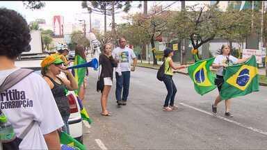 Manifestantes protestam em frente à Justiça Federal contra o governo - Foram cerca de 60 pessoas que apitavam e colavam adesivos nos carros. Eles são favoráveis ao impeachment da presidente Dilma Rousseff.
