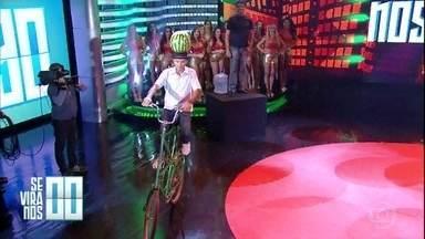 """Se Vira nos 30: Homem pedala de bicicleta com melancia na cabeça - Severino trouxe sua """"magrela duplex"""" diretamente da Paraíba"""