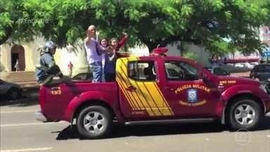 Pérola Crepaldi desfilou em carro de bombeiro - Finalista do 'The Voice Kids' conta que desfile em sua cidade natal foi emocionante