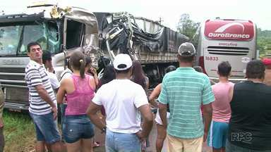 Motorista de ônibus morre em acidente em Paranavaí - Segundo a polícia rodoviária, o motorista do ônibus teria invadido a pista contrária e batido de frente com um caminhão. Não havia mais ninguém no ônibus, além do motorista.