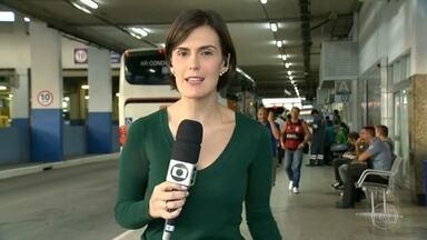 Veja o movimento na Rodoviária Novo Rio nesta quinta-feira (24) - Para muita gente, esta quinta-feira (24) já é feriado, dia de botar o pé na estrada. Veja como está o movimento na Rodoviária Novo Rio.