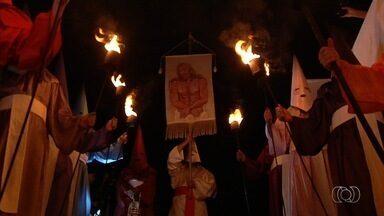 Procissão do Fogaréu tem mais uma edição da histórica cidade de Goiás - A antiga capital do estado faz a encenação da perseguição e morte de Jesus Cristo.