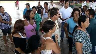 Servidores afirmam que estão há dois meses sem receber salários em Goiatuba, em Goiás - Muitos deles enfrentam dificuldades até mesmo para comprar alimento diante da situação.