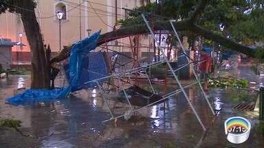 Chuva forte deixa áreas alagadas nas cidades da região - Em Caçapava e Paraibuna chegou a chover granizo. Em Taubaté e São José dos Campos ao menos 13 árvores caíram.