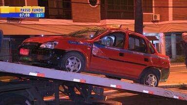 Táxi capota na Região Central de Porto Alegre na madrugada desta quinta-feira (24) - Assista ao vídeo.
