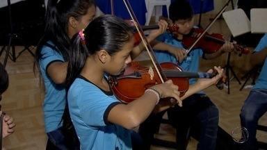 Projeto ensina música clássica para indígenas em MS - Violino e violão são instrumentos tocados pelas crianças.