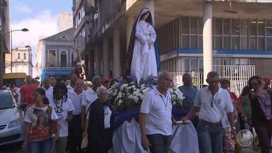 Em procissões, fiéis católicos se encontram para lembrar os últimos momentos de Jesus - Caminhadas ocorreram nas ruas do Centro Histórico de Salvador e marcaram o início da preparação para a Semana Santa