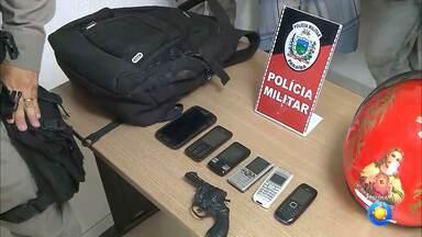Dupla de assaltantes é presa na Zona Sul de JP depois de praticar crime - Pertences roubados pelos assaltantes num arrastão foram devolvidos às vítimas.