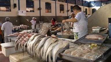 Confira dicas para limpar o peixe - Peixeiro do Ver o Peso, em Belém, ensina a descamar e tirar as espinhas. A chef de cozinha Daniela Martins mostra como tirar o cheiro e temperar.