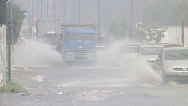 Seis ocorrências são registradas devido a chuva em Manaus - Defesa Civil registrou alagamentos, tombamentos e risco de desabamento.