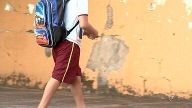 Alunos de escolas de Neves Paulista e Mirassol estão sem uniforme - Alunos da rede municipal de ensino de Neves Paulista (SP) e de Mirassol (SP) estão sem receber uniformes escolares. Em algumas escolas, segundo os pais, a criança é proibida de assistir as aulas sem a camiseta da escola.