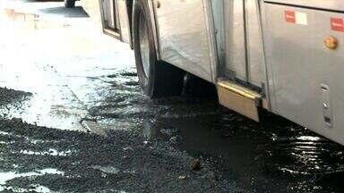Buraco causa transtornos no bairro de Cruz das Almas - Problema tem prejudicado motoristas e pedestre que trafegam pela região.