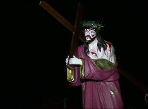 Fiéis participam de procissão que relembra últimos momentos de Jesus Cristo - Fiéis participam de procissão que relembra últimos momentos de Jesus Cristo