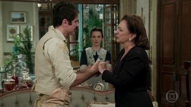 Anastácia chama o falso filho Candinho para morar no casarão - Ernesto consegue convencer Anastácia ao mostrar o medalhão com uma certidão de nascimento falsa. Maria não fica convencida e Anastácia pede ao vigarista que a chame de mãe