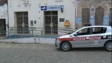 Criminosos fogem em carro da polícia após assalto na PB - Os ladrões assaltaram uma agência dos Correios na cidade de Juarez Távora, na Paraíba.