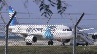 Homem sequestra avião no Egito, desvia voo para o Chipre e faz reféns - Autoridades do Chipre negociam com o sequestrador. A aeronave fazia um voo doméstico no Egito, de Alexandria para o Cairo, quando um homem, que estaria com um cinturão de explosivos, ameaçou o piloto, que desviou da rota original.