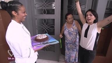 'Delivery Mais Você' entrega Torta de Chocolate Cremosa no Tatuapé - Dona Carminha fica desconfiada, mas reconhece Nadia Bochi e Maria e convida a equipe do programa para entrar em sua casa
