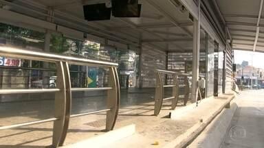 Duas estações do BRT Transcarioca seguem fechadas depois do dia de protesto em Madureira - Moradores precisam caminhar para egar o ônibus. Comércio no bairro hoje reabriu as portas