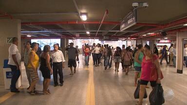 Após 14 meses em reforma, estação da Lapa é entregue à população - Cerimônia de entrega foi marcada por protesto dos servidores municipais, que estão em greve.