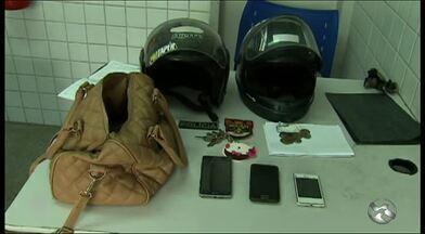 Dois adolescentes são apreendidos suspeitos de roubo em Caruaru - Eles foram abordados em uma praça do Bairro Nova Caruaru. Com eles, foram encontrados celulares e motocicletas, de acordo com a Polícia Militar.