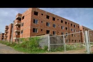 Sorteio do 'Minha casa, minha vida' em Itaperuna é realizado com obras inacabadas - Obra está atrasada há três anos.