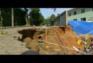 Rua cede em Petrópolis, RJ, e moradores ficam impedidos de acessar o bairro - Rua cedeu por conta de construção irregular.