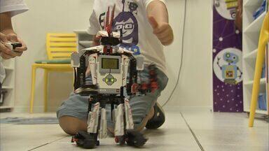 Pais incentivam filhos a ter aulas de programação e robótica - Jovens aprendem sobre tecnologia de forma prática.
